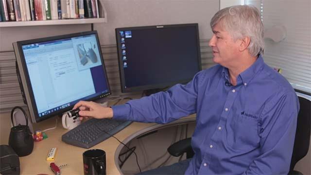 Sehen Sie sich an, wie Sie MATLAB<sup>&reg;</sup>, eine einfache Webcam und ein neuronales Netz verwenden können, um Objekte in Ihrer Umgebung zu erkennen. Diese Demo verwendet AlexNet, ein vortrainiertes neuronales Faltungsnetzwerk (CNN oder ConvNet), das mit mehr als einer Million Bildern trainiert wurde.