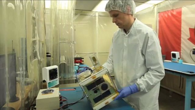 Des étudiants de l'Université de Toronto utilisent une chambre thermique pour tester des composants de nanosatellites dans des plages de températures rencontrées dans l'espace.